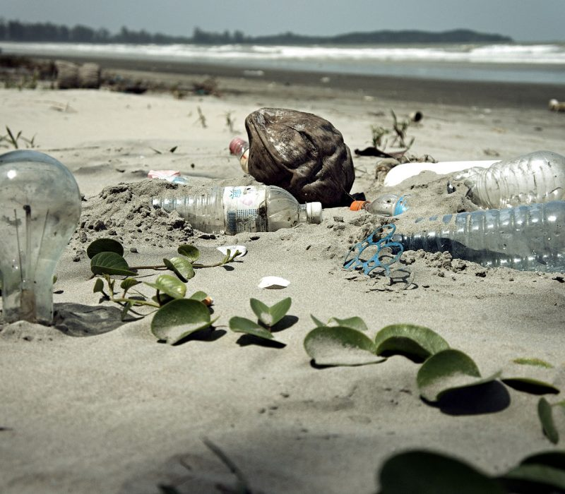 1600px-Water_Pollution_with_Trash_Disposal_of_Waste_at_the_Garbage_Beach