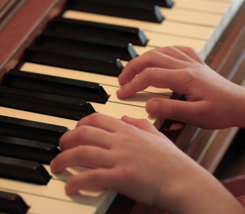 Piano_practice_hands